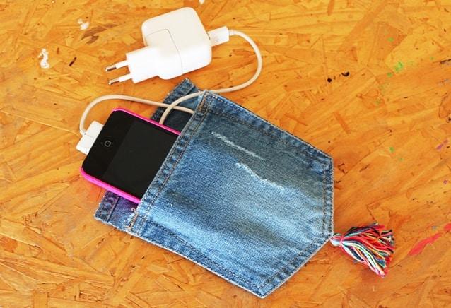 porta-carregador de celular feito com jeans7