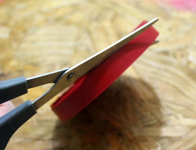 móbile com tampa de plástico reaproveitada