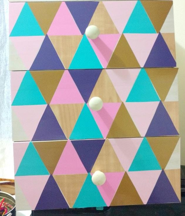 Cole os adesivos, alternando as cores escolhidas