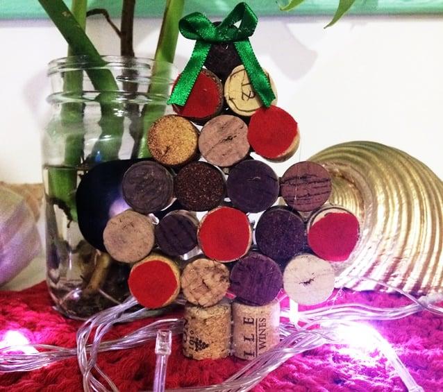 mini árvore de natal de rolhas