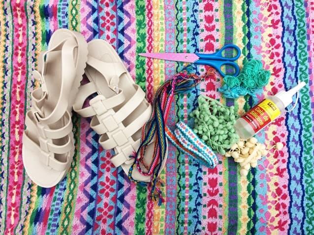 sandália de pompom
