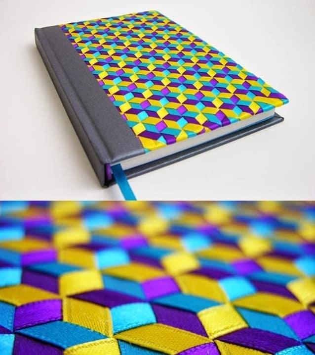 Para os habilidosos de plantão: que tal encapar o caderno com esse entrelaçamento de fitas?