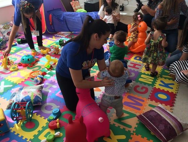 Para bebês, opte por brinquedos que estejam dentro da faixa etária