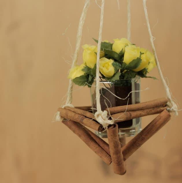 suporte de planta com pau de canela