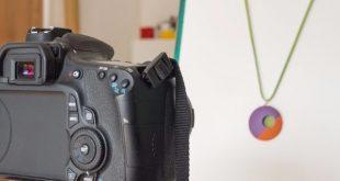 Quem tem um negócio online deve ter em mente que a fotografia é uma das coisas mais importante em sua loja. Algumas pessoas acreditam que precisam de equipamento profissionais para tirar fotos incríveis. Nesse post vou compartilhar 7 dicas sobre como fotografar produtos criativos sem gastar muito e encantar o seu cliente. Vem ver! Como fotografar produtos criativos sem gastar muito: vejas as 5 dicas Como fotografar produtos criativos sem gastar muito Atente-se à iluminação A iluminação é um dos elementos mais importantes para obter boas fotos. É ela que evidenciará a cor e textura de seu produto. A luz natural é um grande aliado quando o assunto é fotografia. Aproveite as primeiras horas da manhã e da tarde, quando a luz do sol é mais suave, para tirar suas fotos. A iluminação durante o resto do dia tem intensidade forte e produz imagens com baixa qualidade, pois forma sombras densas e as áreas mais claras podem perder sua definição. Não utilize o flash Não utilize flash ao tirar fotos do seu produto. Opte por outras fontes de luz, porque ao utilizá-lo, as cores podem ficar distorcidas e o objeto 'chapado' Crie um mini estúdio Uma opção muito boa e barata para você fotografar produtos pequenos é utilizar o mini estúdio. Você pode confeccioná-lo utilizando materiais que você provavelmente já tem em casa. Para a sua confecção, utilizamos materiais translúcidos como papel manteiga, papel vegetal ou tecido branco, que suavizam a entrada da luz e deixam a iluminação uniforme e com menos sombras. Confira o passo a passo no vídeo abaixo: Explore ângulos e realce detalhes Faça fotos dos detalhes que valem a pena serem ressaltados, pois muitas vezes não é possível visualizá-los na foto principal do produto como a padronagem da estampa, aplicações, bordados, fechamentos, acabamentos internos e etc. Aproveite as 5 imagens que se pode cadastrar por produto, tire fotos de vários ângulos e lembre-se que é através da foto, que o cliente conhecerá por completo o seu produto. Faça t
