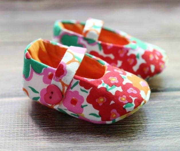 eb9b5c7144 Aqui os sapatinhos do tipo mocassim ganharam aplique de trenzinhos feitos  em feltro colorido. Fofo!