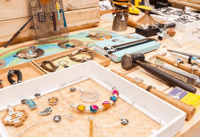 Como expor produtos em feiras e bazares: dicas para decorar a mesa