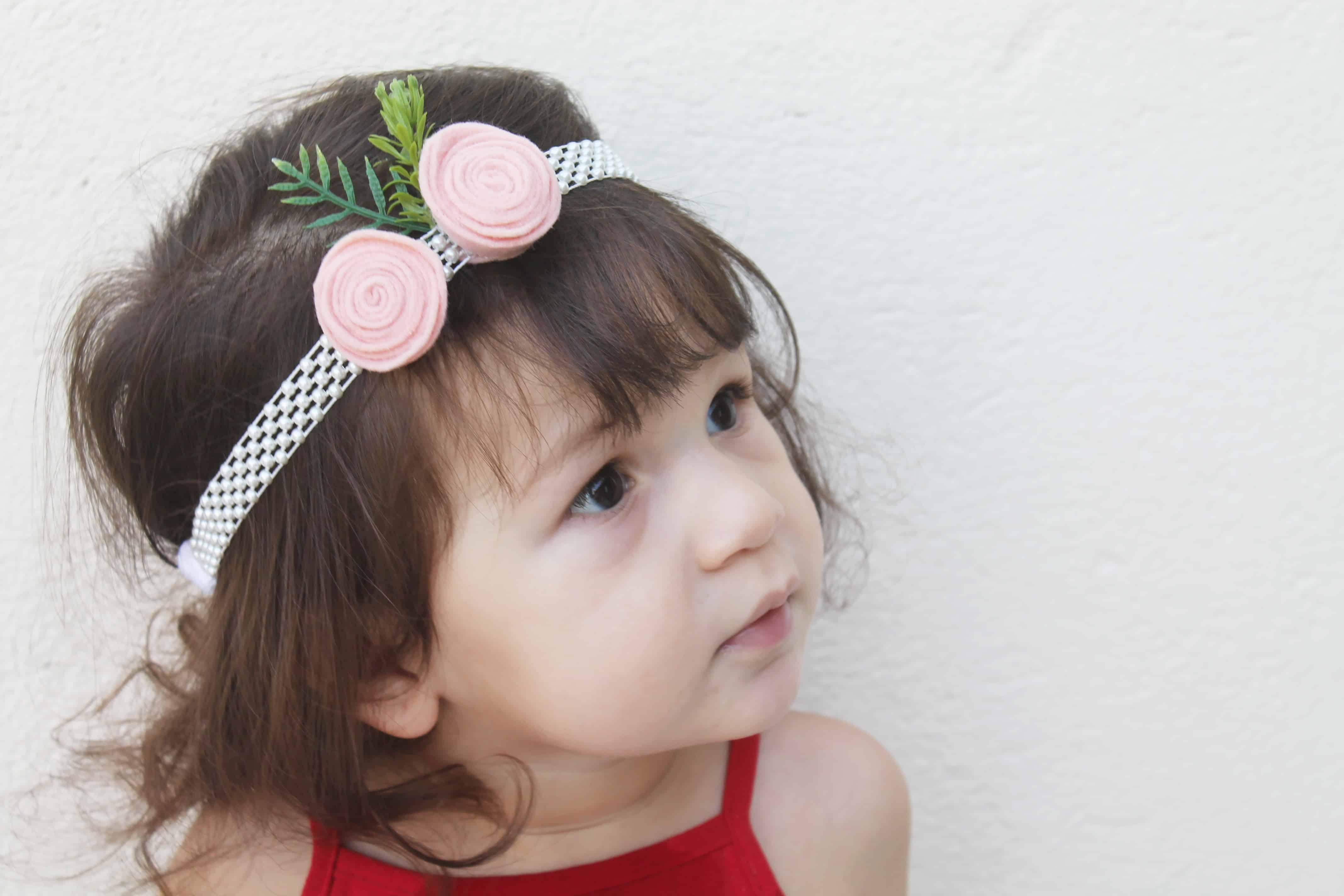 faixa de cabelo de flores e pérolas
