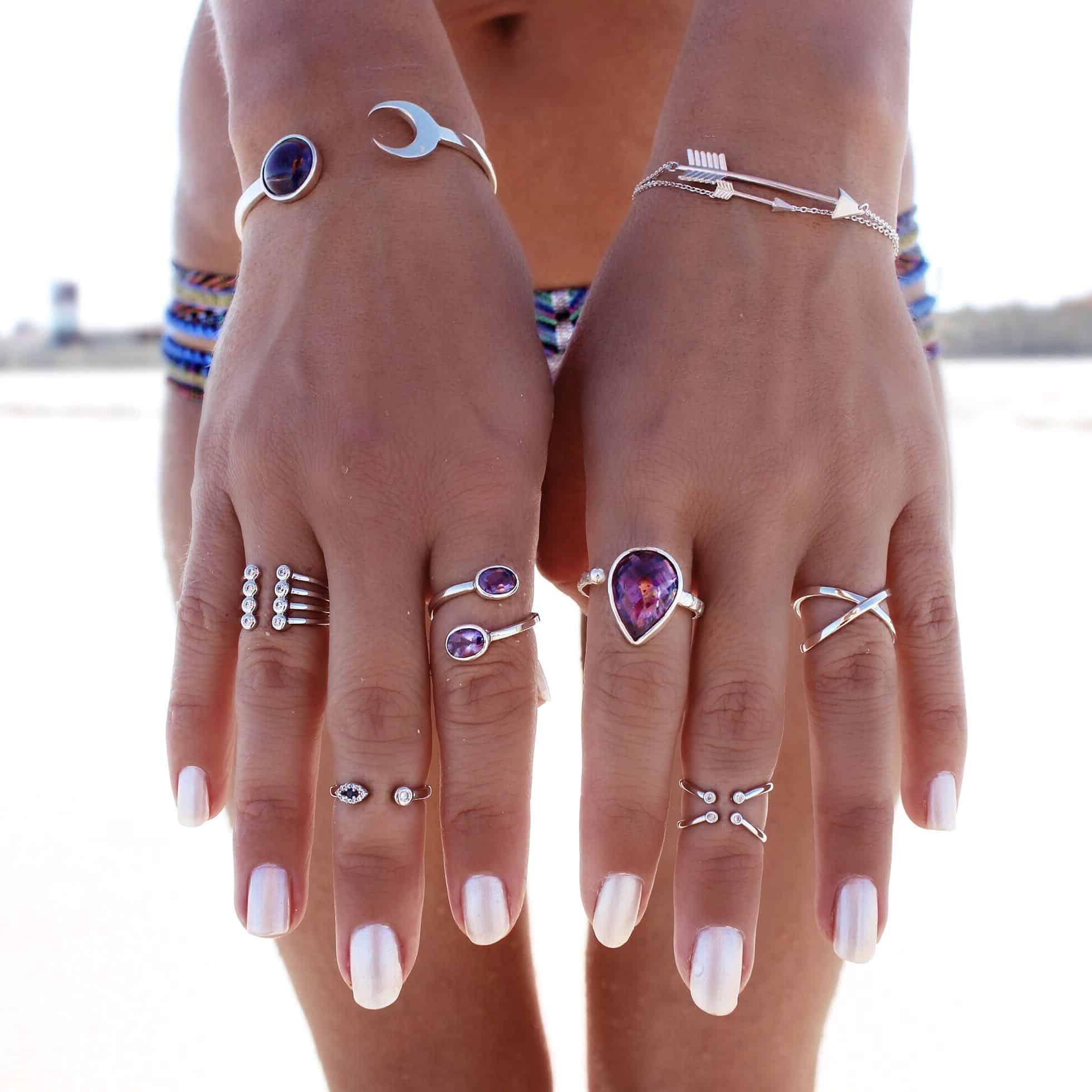 anéis em todos os dedos