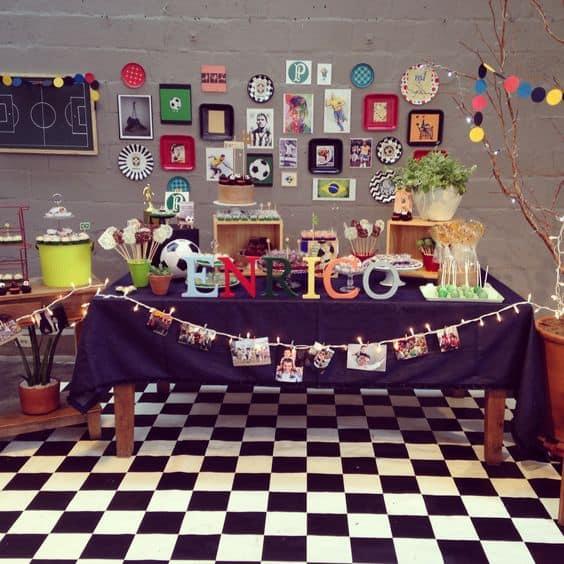 decoração de festa com quadros e pôsteres