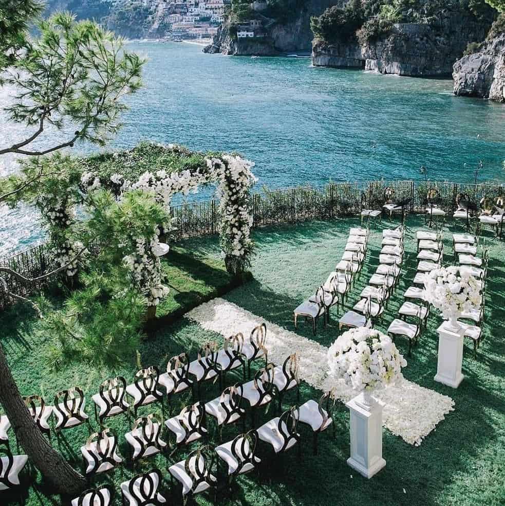 Casamento ao ar livre frente ao mar.