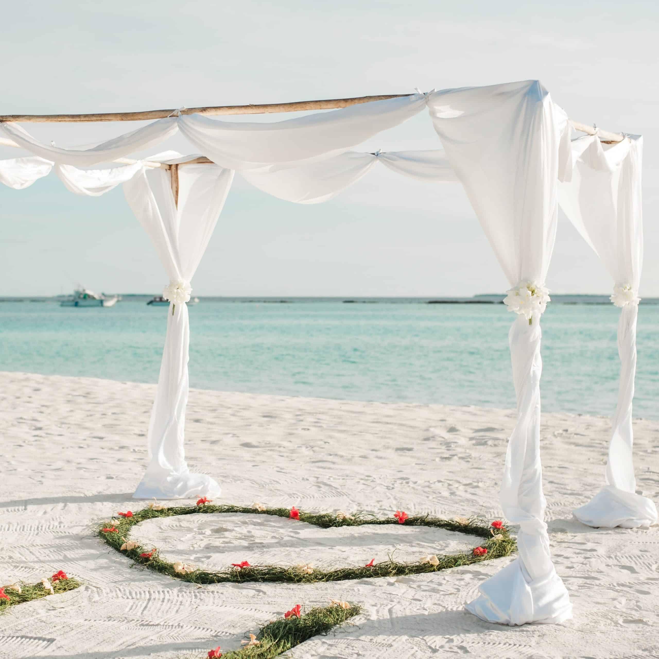 Casamento ao ar livre na praia.