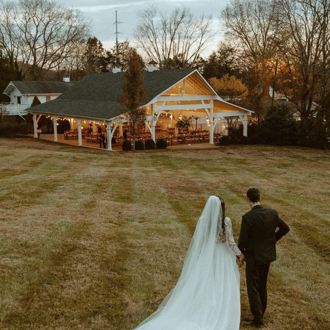 Casamento ao ar livre com área coberta.