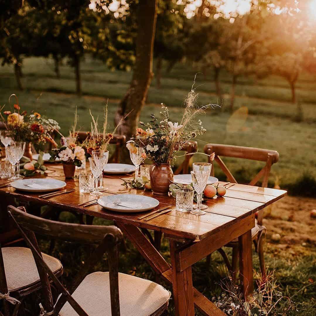 Decoração casamento ao ar livre ao pôr do sol.