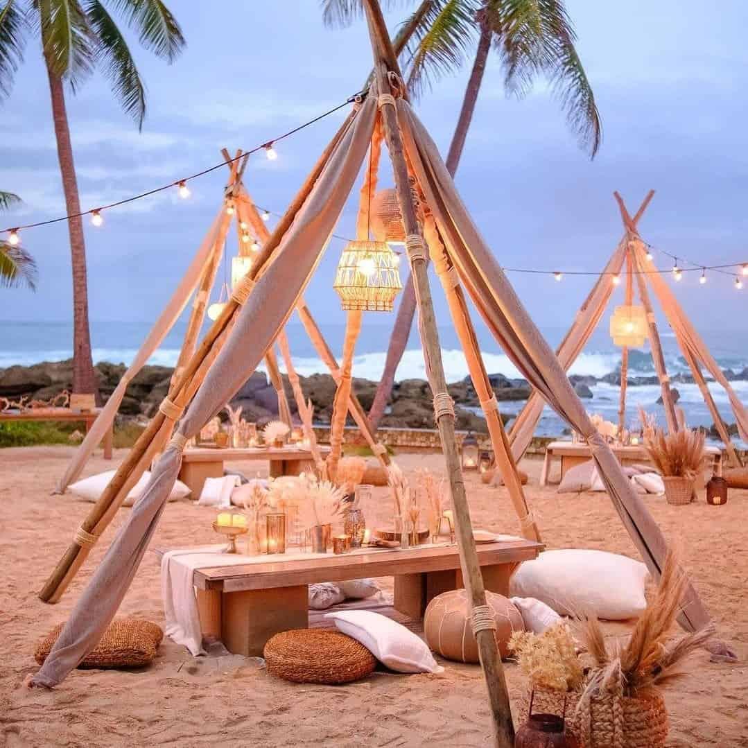 Casamento ao ar livre com tendas na praia.