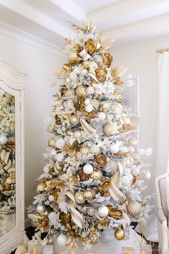 Árvore de Natal branca e dourada