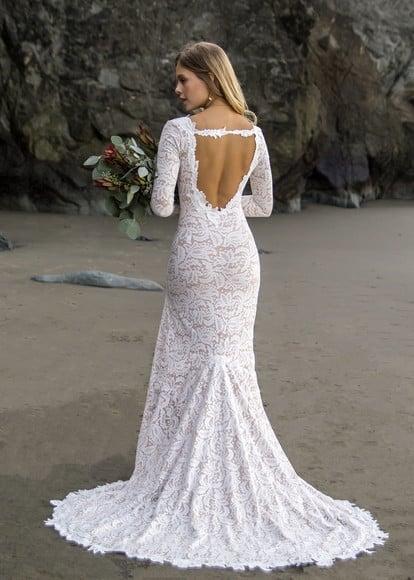 Noiva na praia com vestido estilo semi-sereia.
