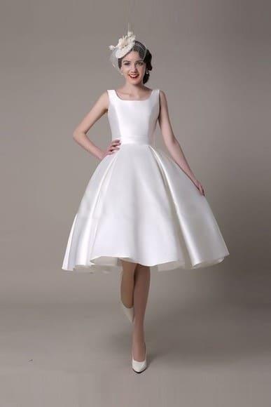 Noiva com vestido curto.
