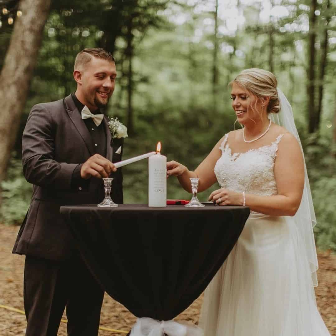 Casal acendendo velas no Ritual das Velas.