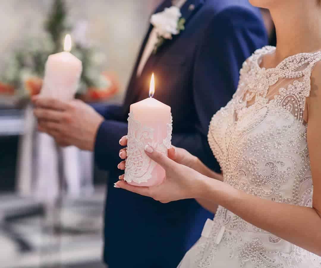 Casal segurando velas na cerimônia da luz