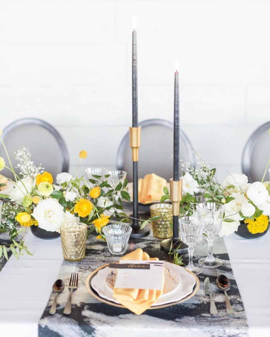 Composição de mesa em tons de cinza e amarelo.