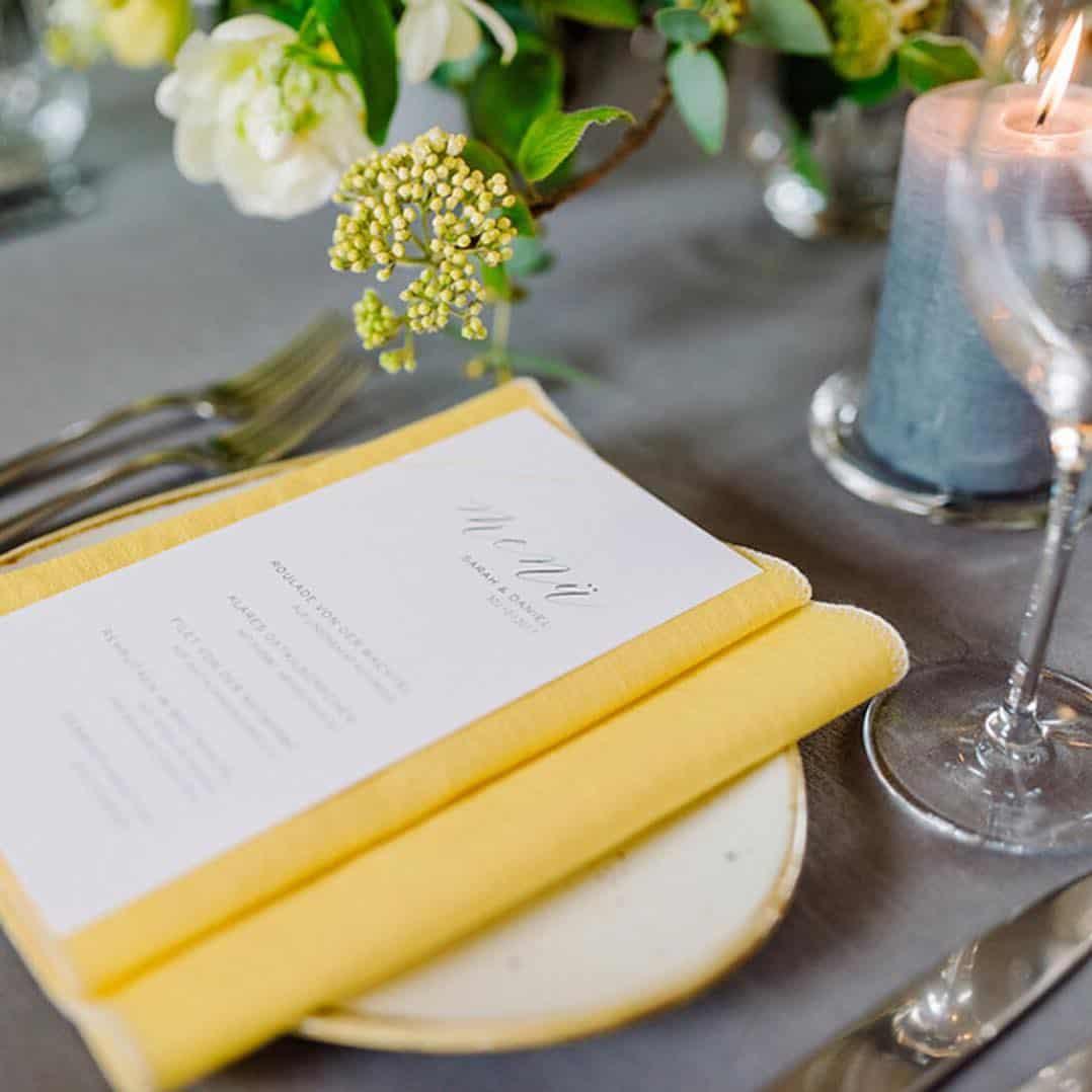 Decoração de mesa nas cores amarelo e cinza.