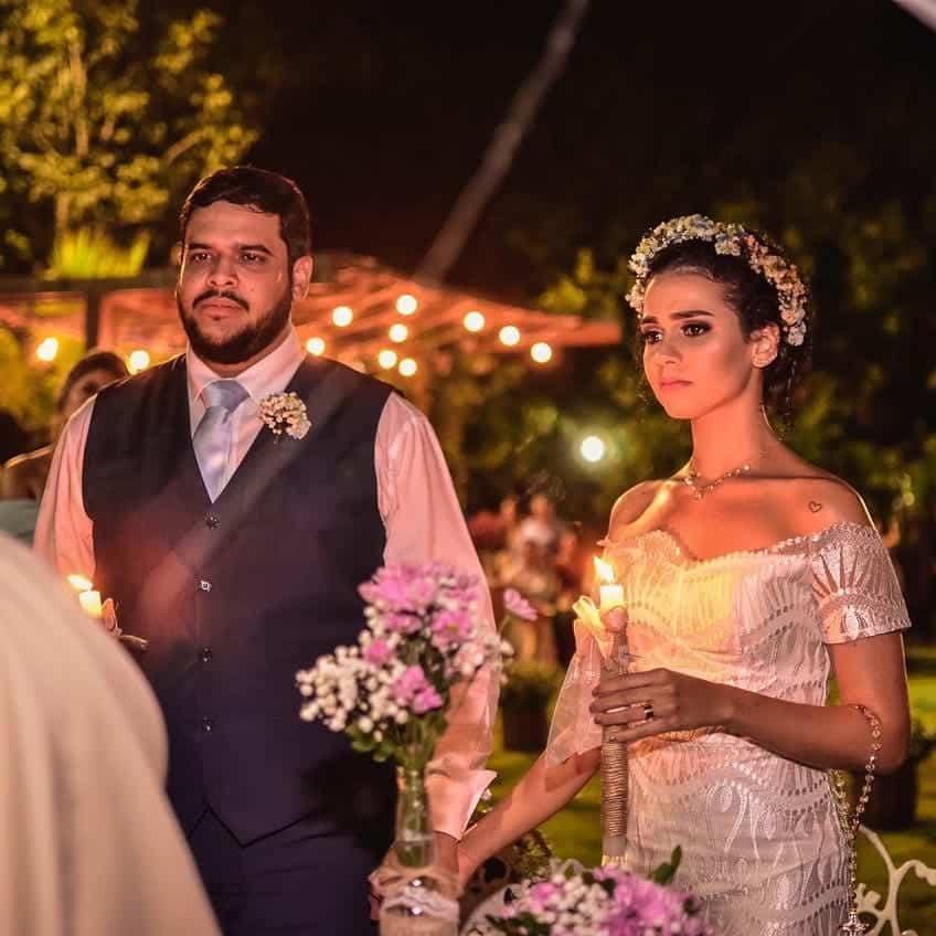 Noivos segurando velas durante Cerimônia da Luz.