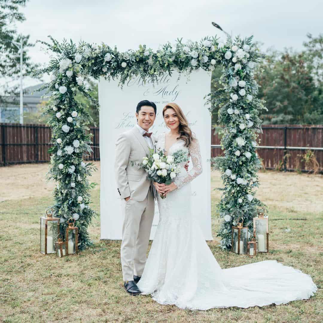 Noivos em casamento no quintal de casa