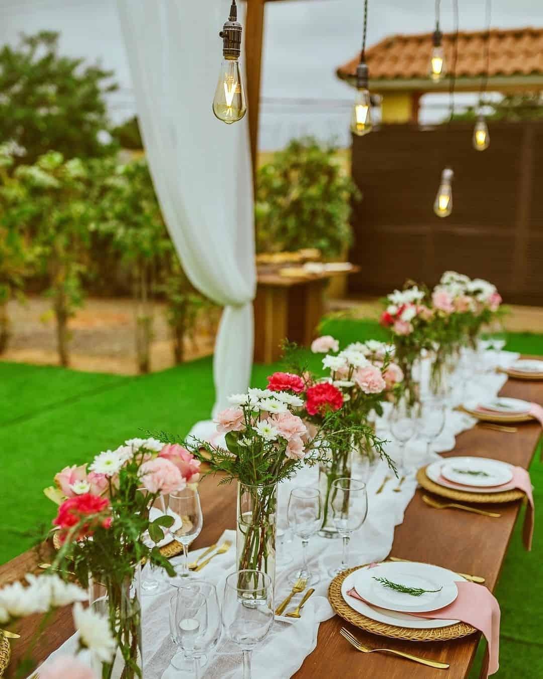 Mesa retangular para acomodar convidados em casamento no quintal.